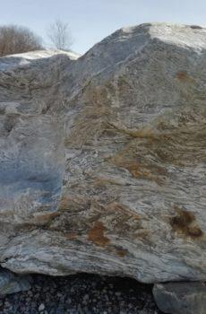 Огромный валун камень